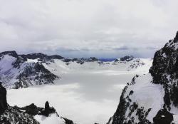 五月,冰封中的长白山